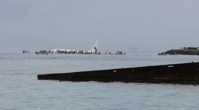 Boeing 737-800 denize indi, yolcular kurtarıldı
