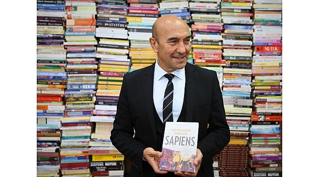Başkan Soyer'e tebrik çiçeği yerine 10 bin kitap!