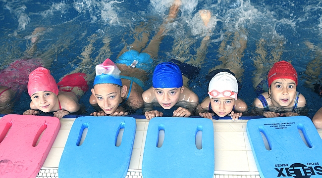 Bornova'da yüzme kurslarına büyük ilgi