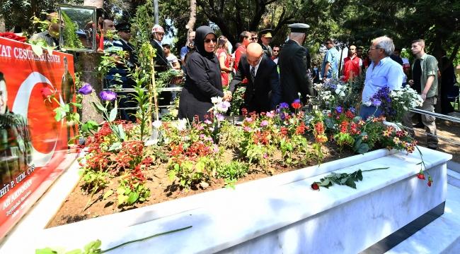 Başkan Tunç Soyer, şehit mezarlarına karanfil bıraktı