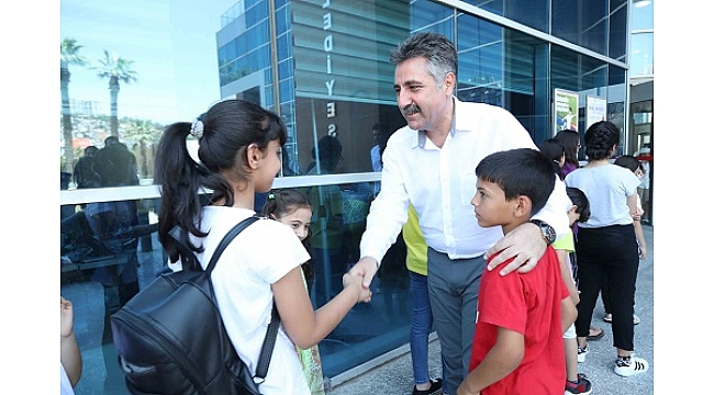 Bayraklı Belediyesi çocuklara deniz müzesini gezdirdi