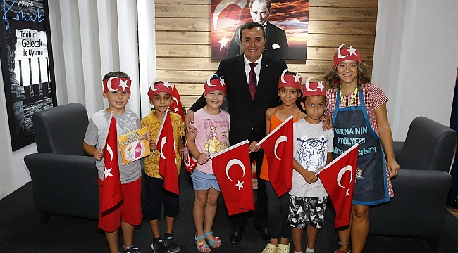 Başkan Batur, İEF'de ziyaretçilere Türk Bayrağı hediye etti!