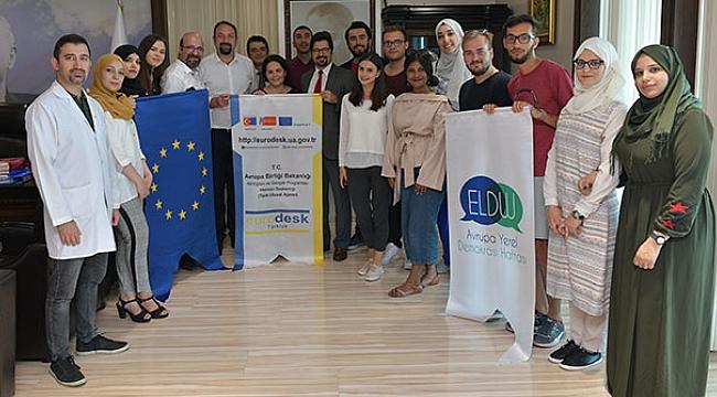 Çiğli'de AIESEC'li öğrenciler İngilizce öğretiyor