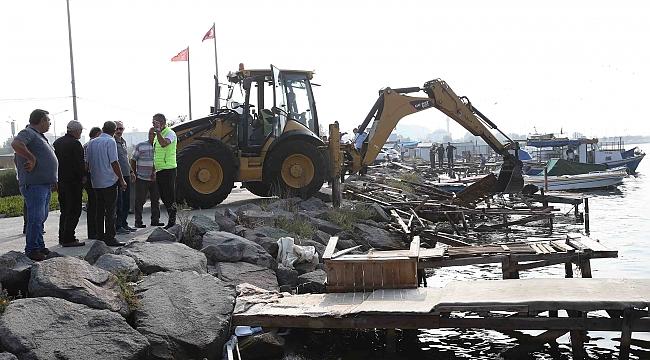 Karşıyaka Belediyesi, kaçak iskeleleri yıktı!