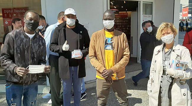 Gelecek Partisi İzmir Vatandaşlara Maske Dağıttı