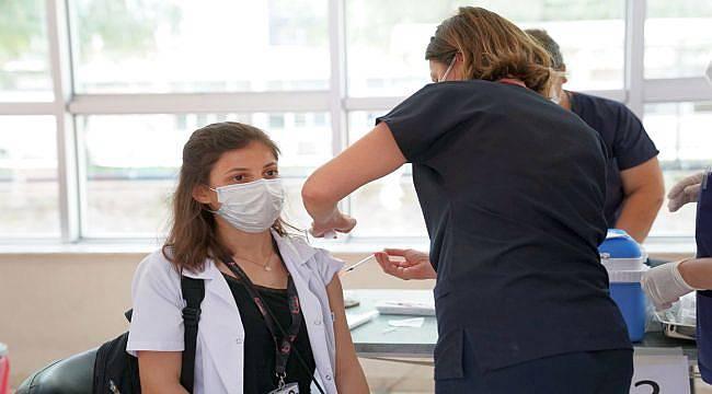 Ege'de sağlık çalışanlarına 3. doz aşı yapılmaya başlandı